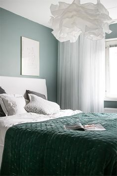 Your bedroom needs to be friendly and reassuring so, minimalist our current, here you get all that you require. Bedroom Green, Small Room Bedroom, Home Bedroom, Master Bedroom, Bedroom Decor, Bedrooms, Modern Home Interior Design, Dream Apartment, Home And Deco