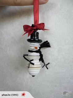 Button Ornaments Diy, Christmas Button Crafts, Button Crafts For Kids, Christmas Buttons, Christmas Ornaments To Make, Christmas Sewing, Xmas Crafts, Christmas Projects, Christmas Diy