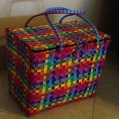 Picnic basket made from packing strapping.tough, light, and CUTE! Flax Weaving, Craft Bags, Paper Basket, Beaded Bags, Denim Bag, Plastic Bags, Purses And Bags, Baskets, Mesh