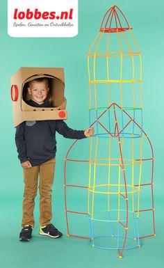 Deze astronaut schiet de ruimte in met zijn zelfgemaakte kartonnen ruimtehelm en raket van bouwstaafjes!  Verbind met behulp van de verbindingsstukjes de stevige rietjes aan elkaar en zie de mooiste constructies verschijnen! Een kartonnen doos kan dienen als ruimte helm die je zo mooi kunt maken als je zelf wenst! Gebruik je fantasie en het het heelal ligt voor je open! Straws, Preschool, Education, Space, Party, Projects, Kid, Astronauts, Outer Space