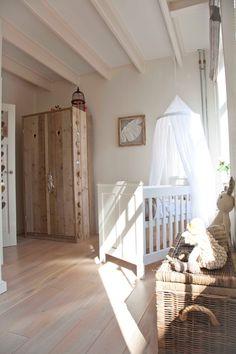 Балдахин на детскую кроватку (57 фото): защитим сон ребенка http://happymodern.ru/baldaxin-na-detskuyu-krovatku-50-foto-zashhitim-son-rebenka/ Прозрачный балдахин защищает от солнечных лучей, но в то же время не создает темноту