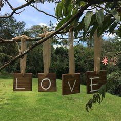 Placa hang de madeira quadrada tamanho mini para casamentos e festas. Muito charmosas se penduradas em árvores! Tamanho: 12cm x 12cm.