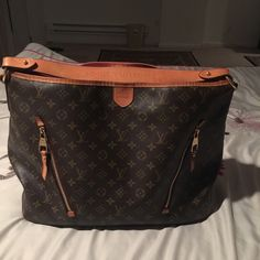 Louis Vuitton delightful Gm Beautiful handbag very big large great for traveling. In overall good condition. Worth over $1200 online used. Can send more pictures if requested. There is a small tear barely noticeable by the handle. Louis Vuitton Bags Hobos