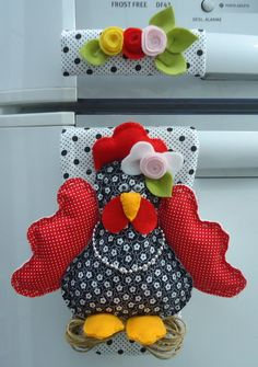 "Pegador De Geladeira ""Galinha"" Kitchen Decor, Kitchen Towels, Kitchen Items, Sewing Projects, Sewing Crafts, Diy Crafts, Refrigerator Freezer, Chicken Kitchen, Tea Cozy"