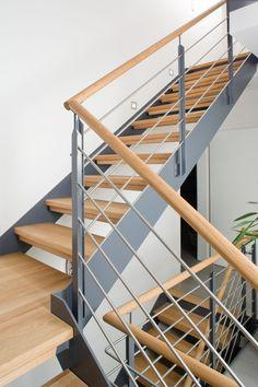 Design de treliça de elegância na Stahlwange, Zwischenpodest und mitlaufendem Relingge . Metal Stairs, Modern Stairs, Above Couch, Stair Detail, Contemporary Wall Mirrors, Stairs Architecture, Staircase Design, Stair Design, Fireplace Design
