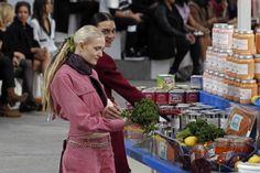 Karl Lagerfeld trasforma il Grand Palais di Parigi in un piccolo supermarket pop e fa sfilare la collezione FW2014 di Chanel tra gli scaffali, dove ci sono generi alimentari brandizzati con l'iconica doppia C.