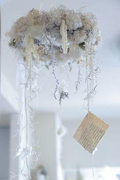アンティークホワイトでまとめたshabby chicで、ナチュラルで、ちょっぴりガーリーなシャンデリアリースです。プリザーブドフラワーやドライフラワー 、レースリボンを使い柔らかく愛らしく仕上げています。リースから垂れ下がる草花たちの揺れる様子、風に揺れ... Evergreen Flowers, Floral Arrangements, I Shop, Our Wedding, Wedding Decorations, Chandelier, Colours, Ceiling Lights, Wreaths