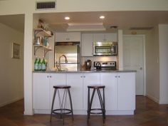 There are two stools at the breakfast bar, along with a bank of cabinets facing the great room which store plenty of bowls, dishes, mugs and glasses, with lots of room left any groceries you might want during your holiday in Siesta Key. Florida Sunshine, Condo Interior, Siesta Key, Great Rooms, Stools, Cabinets, Relax, Dishes, Bar