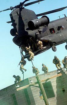 Rangers praticano roping veloci tecniche da un MH-47 durante un'esercitazione a Fort Bragg