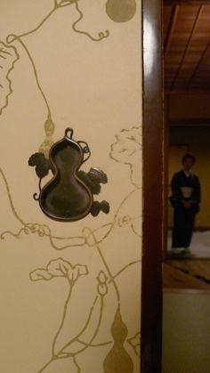 Japanese sliding panels, Fusuma 襖 瓢箪の意匠がひょうげています。