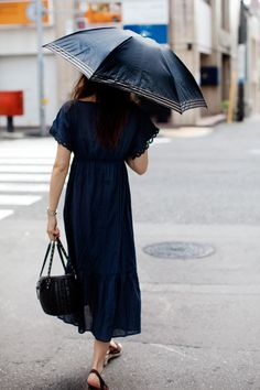 navy blue + chocolate brown / I wish it were socially acceptable to carry parasols for sun protection in the USA