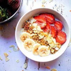 Reggelente Te is folyamatos rohanásban vagy, éppen ezért a kávéd mellé maximum egy kekszet eszel meg? Többé nem kell majd időzavarral küzdened, ha elkészíted az egy éjszakás zabkását! Granola, Acai Bowl, Oatmeal, Protein, Brunch, Favorite Recipes, Meals, Breakfast, Food