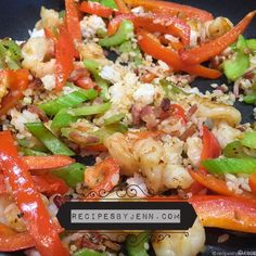 Quick and easy shrip and pepper stirfry from leftovers! The perfect lunch! Stir Fry Recipes, My Recipes, Salmon Seasoning, Non Stick Pan, Fish Dishes, Shrimp, Bacon, Healthy Living, Veggies