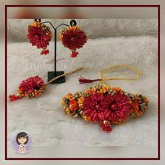 Flower Jewellery For Haldi, Flower Jewelry, Daisy Flowers, Flowers In Hair, Indian Jewellery Design, Indian Jewelry, Bridal Photoshoot, Jewelry Design Earrings, Flower Hair Accessories