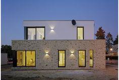 Flachdach im Fokus - VELUX   Einfamilienhaus in Nordrhein-Westfalen Garage Doors, Mansions, House Styles, Outdoor Decor, Home Decor, Houses, Flat Roof Skylights, Detached House, Architecture