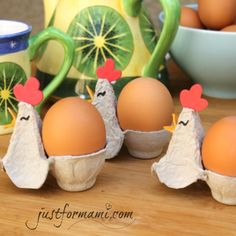 No tires tu cartón de huevo y haz estas gallinitas para colocar los huevos, pueden ser un buen proyecto para el día de la madre o bien para decorar tu Diy Crafts For Kids, Art For Kids, Arts And Crafts, Diy Niños Manualidades, Dyi Flowers, Bathroom Crafts, Egg Carton Crafts, Bottle Cap Art, Graduation Party Decor