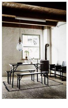 Hoe leuk is het om te picknicken in je eigen huis? Creëer dat gevoel met deze eettafel + bijpassende bankjes. Eetsmakelijk!