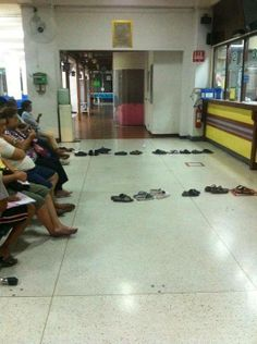 This is how people wait in line in Thailand... Genius! lol