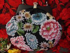 豪華手刺繍 黒地×浮花紋様 ビーズバッグ ピンク水色赤 大きな花_画像10