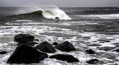 El bottom turn es una maniobra tremendamente importante, pero que suele pasar desapercibida porque es una técnica tan natural y necesaria que muchas veces se da por conocida, y es básico conocerlo y ejecutarlo bien porque determinará tu actuación en la ola. Generalmente cuando cogemos una ola nuestro pensamiento se dirige a ver y analizar la ola para surfearla, pero no pensamos en el bottom turn como movimiento clave. #surf #bottom #turn #deporte #extremo #xports