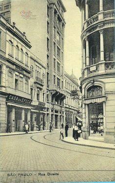 Nesse postal da metade da década de 1910, vemos a rua Direita. Do lado esquerdo, a loja Casa da Época, a Confeitaria Fasoli (na placa está escrito apenas restaurante) e o Edifício Guinle. Na esquina com a rua 15 de Novembro, a Casa Lebre. Editor Malusardi