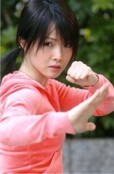 Christine Yen is the younger sister of Hong Kong star, Donnie Yen. She was immersed in martial arts from a young age. Her mother ran a kung fu school in Boston. Female Martial Artists, Martial Arts Women, Samurai, Aikido, Karate, Muay Thai Workouts, Marshal Arts, Art Poses, Human Body