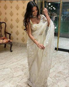 Indian Bridal Outfits, Indian Fashion Dresses, Indian Designer Outfits, Saree Fashion, Designer Dresses, Trendy Sarees, Stylish Sarees, Pakistani Dress Design, Pakistani Dresses