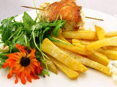 Voedselzandloper-proof: Kiprol met frietjes van koolraap en rucola salade met goudsbloemblaadjes