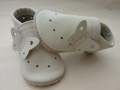"""Pumi Lederpuschen """"Modell Schmetterling/Creme-Beige""""  Luftige Sommer/Taufpuschen mit Schmetterling.  (Bitte teilen Sie nach dem Kauf die Puschengröße und die Fußbreite mit).  Größe 16 - 20..."""