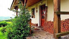 Dřevo vyskládané hned u vchodu šetří majitelům cestu do dřevníku.