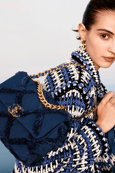 As bolsas mais lindas Coleção Chanel Resort 2021 Chanel Resort, Chanel Cruise, Chanel 19, Chanel Coat, Chanel News, Chanel Black, Fashion Brands, Fashion Show, Fashion Accessories