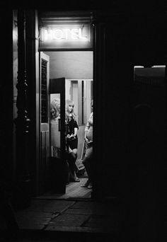 La photographie de Léon Herschtritt est une épreuve pour la critique. Les séries s'affichent sans que l'on ait besoin de les déchiffrer. Cela va de soi. Une prostituée racole, un soldat bombe le torse et les amoureux de Paris se bécotent sur les bancs. On fait aujourd'hui mérite à un photographe de son originalité. Déconcerter est la règle. Et c'est tant mieux car le conformisme en photographie est sans nuances.