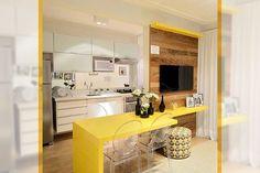 cozinha-pequena-com-bancada-amarela-separando-ambientes