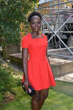 Lupita Nyong'o usa vestido curto de festa vermelho