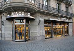 """La empresa de moda masculina Macson, fundada hace más de 70 años, cuenta con una nueva tienda """"insignia"""" en la intersección del Paseo de Gracia y la Avenida Diagonal de Barcelona."""
