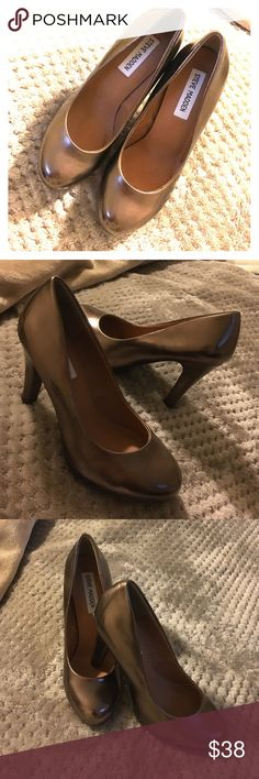 """Steve Madden Metallic Bronze Heels Brand New!  Solid Shimmering Metallic Bronze Closed Toe • Round Toe Designer High Heels by Steve Madden. Patent Leather. Slightly Chunky 4"""" Heels. CLEAN & QUALITY.  NEVER WORN,, HOWEVER_ 1 SMALL SCUFF on INSIDE RIGHT ABOVE THE HEEL from Being Tried on_ BARELY NOTICEABLE.  (4th Picture.)  Size 5. ⭐️MAKE AN OFFER⭐️  Ask About  Ⓜ️!     B U N D L E • BUNDLE • B U N D LE!     SAME DAY SHIPPING!                                  Please No Low-Ball Offers. Steve…"""