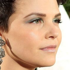 Ginnifer Goodwin: Oscars Makeup: Ginnifer Goodwin looked like a mermaid at the Vanity Fair party with seafoam eye shadow and silvery pink lips. Oscar Hairstyles, Pixie Hairstyles, Mineral Eyeshadow, Green Eyeshadow, Makeup Trends, Makeup Tips, Makeup Ideas, Eyebrow Makeup, Hair Makeup