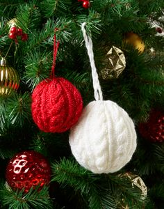 Skill Level: Intermediate Size: Small Bauble Diameter (approx) 24 cm Large Bauble Diameter (approx) 32 cm Cabled bauble Christmas tree ornament for you to knit! Free Pattern More Patterns Like This! Knitted Doll Patterns, Christmas Knitting Patterns, Baby Knitting Patterns, Free Knitting, Knitting Toys, Christmas Tree Ornaments, Christmas Crafts, Christmas Decorations, Christmas Mood