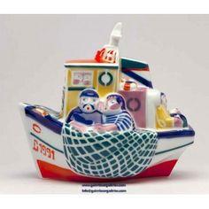 Se trata de una de las piezas más conocidas y representativas de la cerámica de Sargadelos y Galicia. Su nombre hace referencia al arte de pesca que se realiza justo antes del amanecer, convirtiéndose en un homenaje a los marineros.