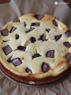 Kinderriegel-Cheesecake mit Karamell-Keksboden