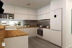 Cocina blanca encimera de madera y nevera blanca