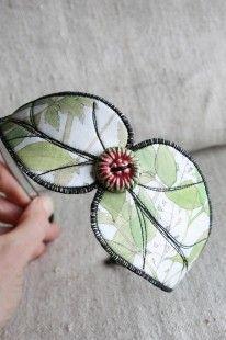 Serre-tête en tissu dans un style nature; headband, bijou de tête en forme de double feuille, en tissu liberty à feuilles vertes sur fond blanc. Collection des Bijoux natures,  - 3994029