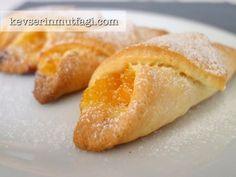 Portakallı ve Elmalı Kurabiye Tarifi - Malzemeler : 150 gr oda sıcaklığında tereyağ/margarin, 1/2 çay bardağı sıvı yağ, 2 tepeleme yemek kaşığı yoğurt, 4 yemek kaşığı pudra şekeri, 1 paket kabartma tozu 3-4 su bardağı un. 1 adet elma, 1 adet portakal, 1/2 su bardağı şeker, 1/2 çay kaşığı tarçın. Bolca pudra şekeri.