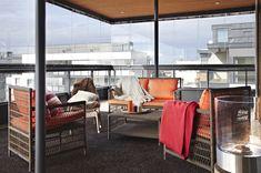Ylimmän kerroksen patio on kuin suuri olohuone.