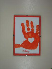 Les enfants ont fait plusieurs empreintes de la main avec de la gouache rouge sur du papier blanc. Ensuite on choisit la plus belle, on la ...