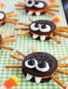 Adorable Oreo cookie spiders are a perfect Halloween food craft treat idea to make with kids! Adorable cookie spiders made with Halloween Oreo sandwich cookies, pretzel sticks, marshmallows and candy corn. An easy food craft for kids. Halloween Cupcakes, Halloween Oreos, Dessert Halloween, Halloween Goodies, Holidays Halloween, Halloween Appetizers, Halloween Kid Treats, Halloween Deserts Easy, Kids Halloween Party Treats