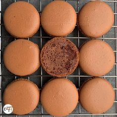 Macarons : la recette des coques Macarons, Biscuits, Muffin, Cheese, Cookies, Cream, Breakfast, Attention, Phyllo Dough