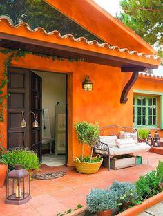 Casa de campo encalada en naranja