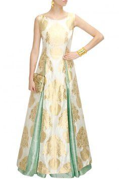 Interessant: jurk met hoge splitten over contrasterende rok.