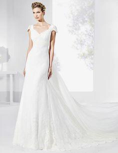 Vestidos de novia con cola de tul seda natural y marfil.